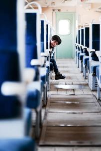 鉄道に乗る少年の写真素材 [FYI03056120]