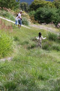 野原を走るの写真素材 [FYI03056149]