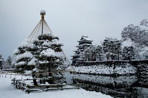 雪の朝の松本城の写真素材 [FYI03056171]
