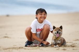 女の子と柴犬の写真素材 [FYI03056265]