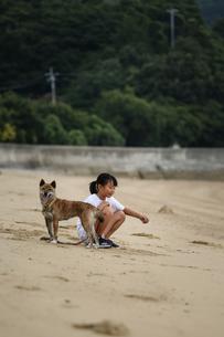 女の子と柴犬の写真素材 [FYI03056266]