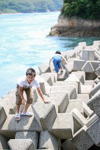 テトラポットで遊ぶ子供たちの写真素材 [FYI03056282]