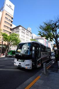 停車中の観光バスの写真素材 [FYI03056416]