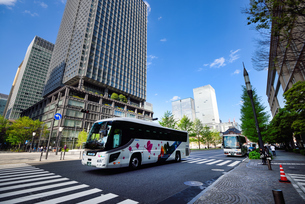 行幸通りを走る観光バスの写真素材 [FYI03056419]