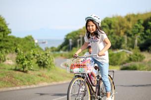 サイクリングをする子供たちの写真素材 [FYI03056444]