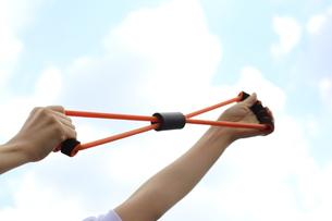 運動器具を持つ女性の写真素材 [FYI03056490]