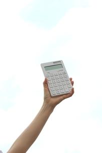 計算機を持つ女性の写真素材 [FYI03056492]