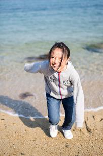 海岸で遊ぶ女の子の写真素材 [FYI03056494]