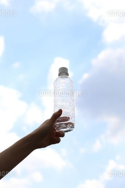水差しを持つ女性の写真素材 [FYI03056495]