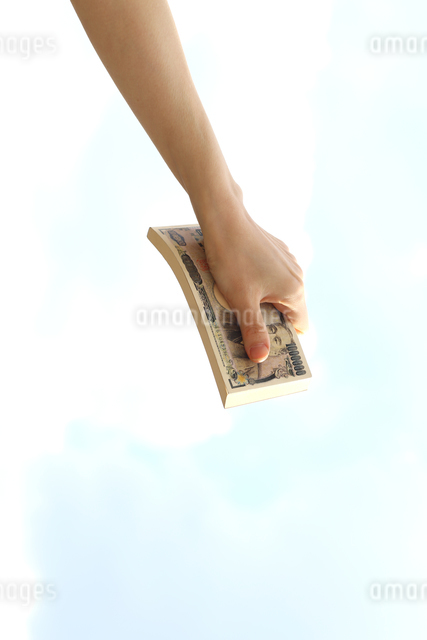 お金を持っている女性の手の写真素材 [FYI03056501]