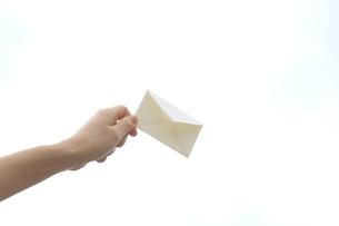 封筒を持つ女性の写真素材 [FYI03056502]