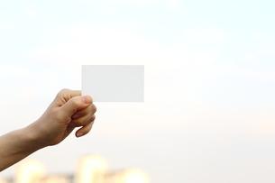 名刺を持つ女性の写真素材 [FYI03056509]