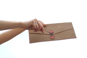 書類の封筒を持つ女性の写真素材 [FYI03056510]
