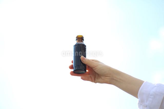 ドリンク剤を持っている女性の写真素材 [FYI03056528]
