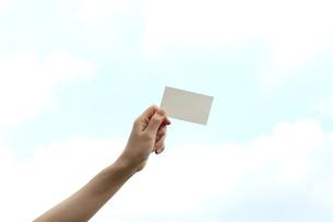 メッセージボードを持つ女性の写真素材 [FYI03056532]