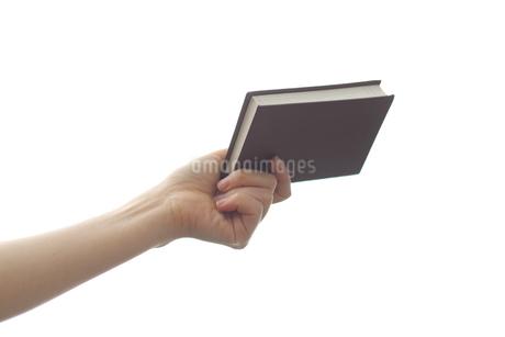 手帳を持つ女性の写真素材 [FYI03056533]