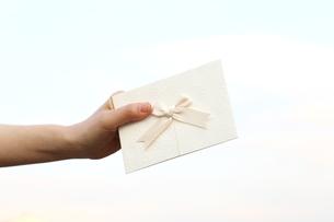 招待状を持つ女性の写真素材 [FYI03056539]