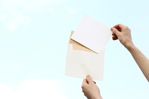書類の封筒を持つ女性の写真素材 [FYI03056540]