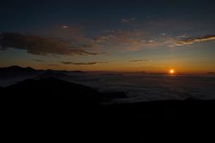 乗鞍岳からのご来光の写真素材 [FYI03056613]