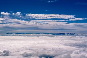 雲上のアルプスの写真素材 [FYI03056623]