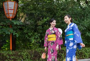 京都浴衣でさんぽの写真素材 [FYI03056724]
