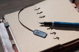 万年筆と手帳の写真素材 [FYI03056815]