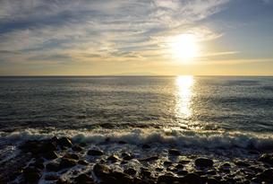 東伊豆町から見た海と朝日の写真素材 [FYI03056831]