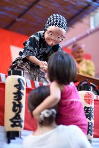握手をする子供とひょっとこの写真素材 [FYI03056911]