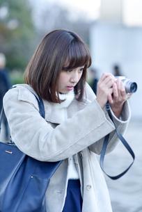 デジカメで撮影中の女性の写真素材 [FYI03056924]