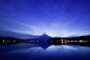 薄暮の頃の山中湖と富士山の写真素材 [FYI03056933]