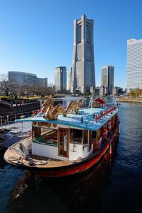 横浜港に停泊するドラゴン船とランドマークタワーの写真素材 [FYI03056935]