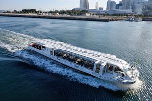 横浜港を航行するシーバスの写真素材 [FYI03056949]