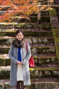 秋の京都を旅する女性の写真素材 [FYI03057195]