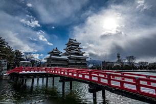 雪の積もった松本城の写真素材 [FYI03057315]