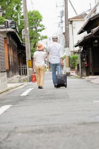 旅行中のシニア夫婦の写真素材 [FYI03057350]