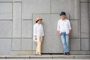 壁の前に立つシニア夫婦の写真素材 [FYI03057351]