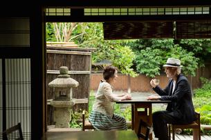 カフェでくつろぐシニア夫婦の写真素材 [FYI03057353]