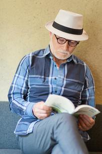 読書するシニア男性の写真素材 [FYI03057354]
