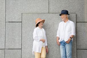 壁の前に立つシニア夫婦の写真素材 [FYI03057355]