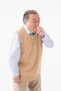 咳をするシニアの男性の写真素材 [FYI03057356]