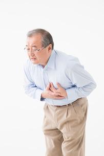 胸が痛むシニアの男性の写真素材 [FYI03057359]
