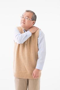 肩が痛むシニアの男性の写真素材 [FYI03057361]