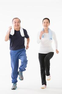 ジョギングをするシニアのカップルの写真素材 [FYI03057364]