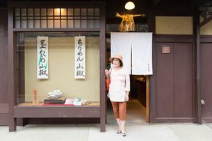 店から出るシニア女性の写真素材 [FYI03057395]