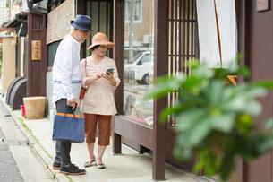 店頭ディスプレイを眺めるシニア夫婦の写真素材 [FYI03057397]