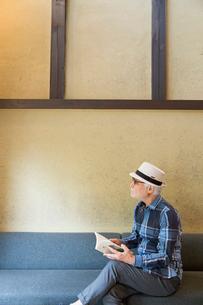 読書するシニア男性の写真素材 [FYI03057400]