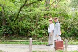 遊歩道を歩くシニア夫婦の写真素材 [FYI03057418]
