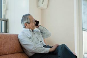 スマートフォンで通話するシニアの男性の写真素材 [FYI03057424]