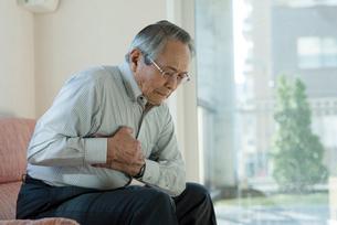 胸の痛み苦しむシニアの男性の写真素材 [FYI03057425]