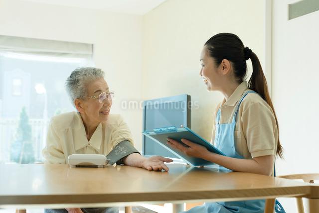 血圧を測るシニアの女性の写真素材 [FYI03057438]